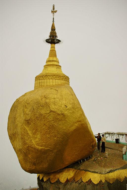Hommes au pied du Rocher d'Or, Birmanie