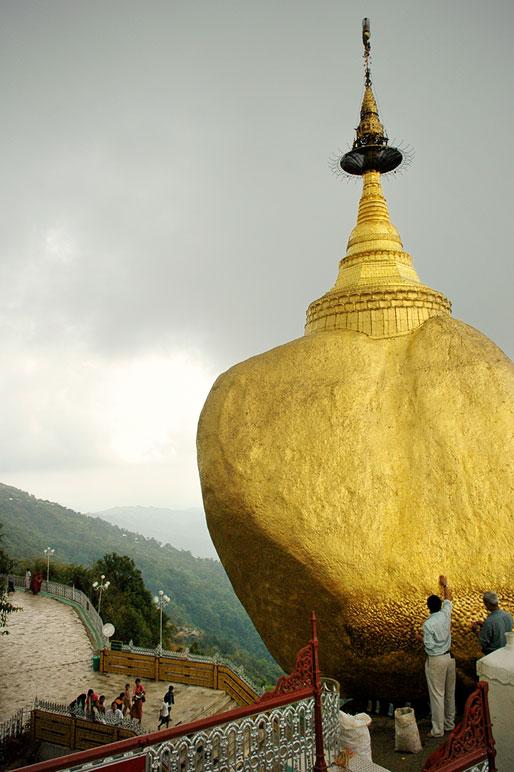 Hommes qui déposent de l'or sur le Rocher d'Or, Birmanie