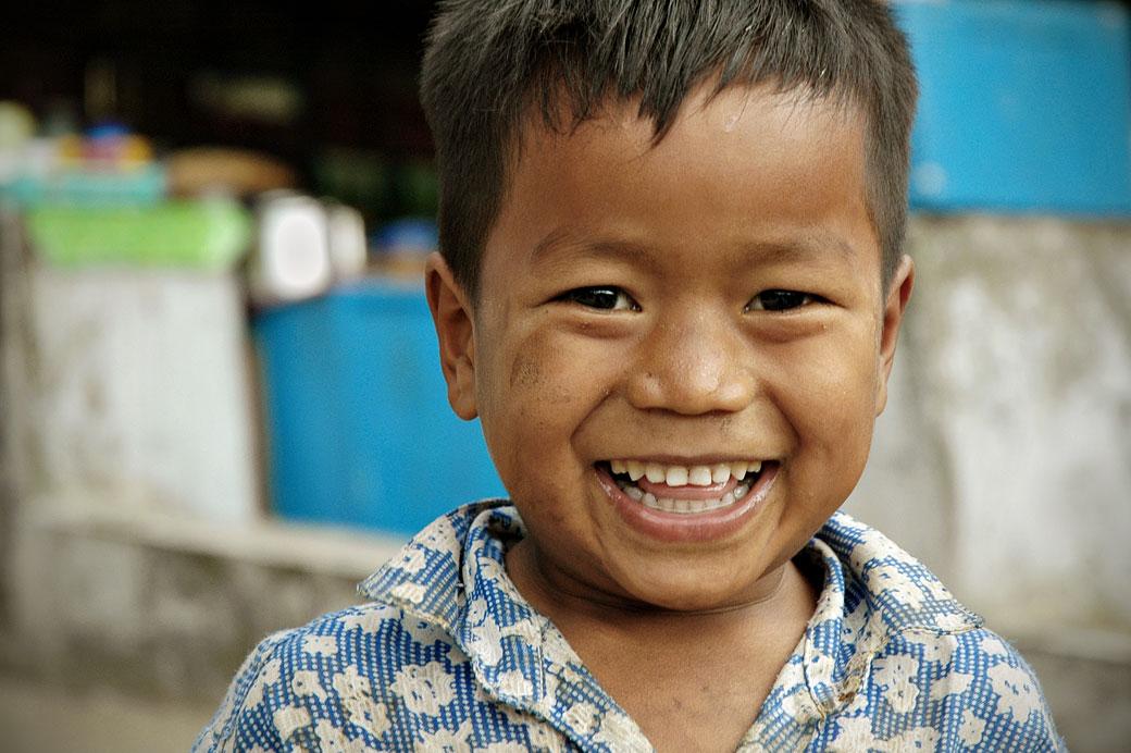 Sourire radieux d'un petit garçon, Birmanie