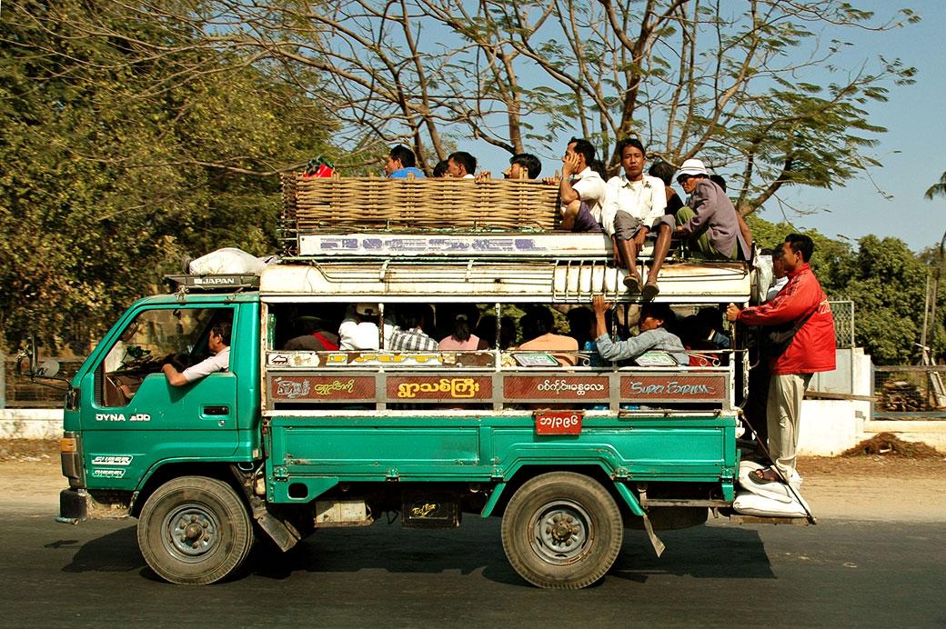 Camion vert bondé, Birmanie