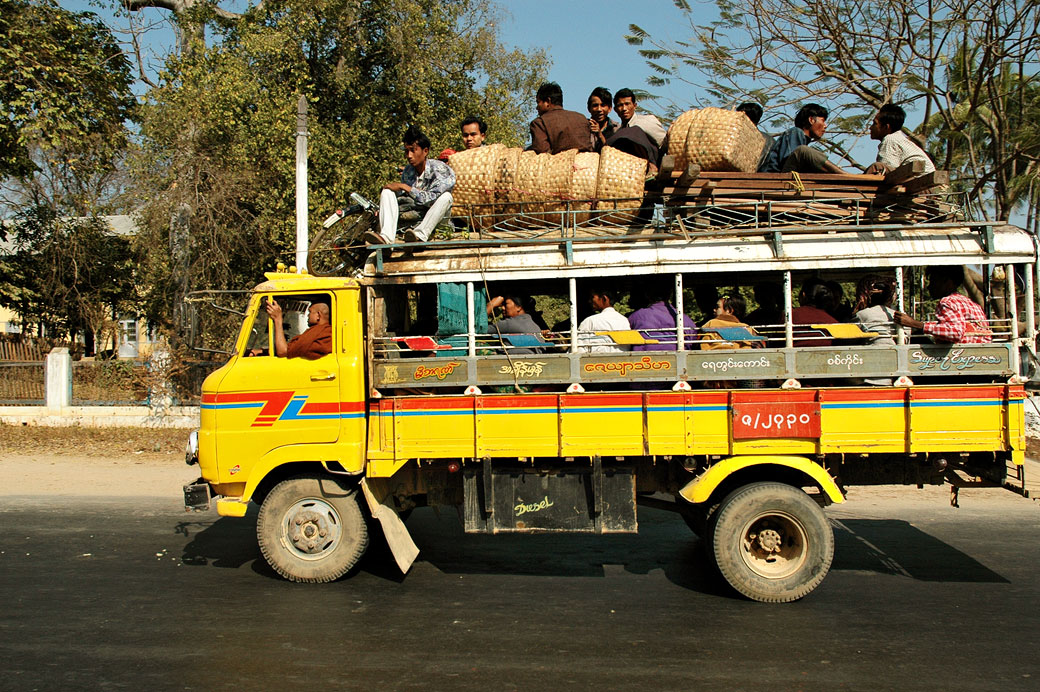 Camion jaune bondé, Birmanie