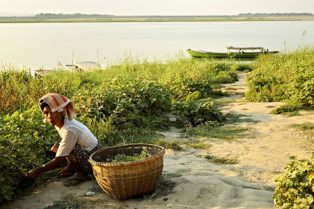 Femme sur les berges de l'Irrawaddy, Birmanie