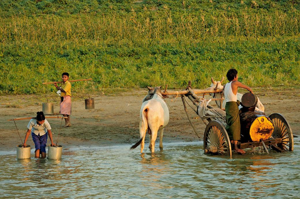 Villageois qui vont chercher de l'eau, Birmanie