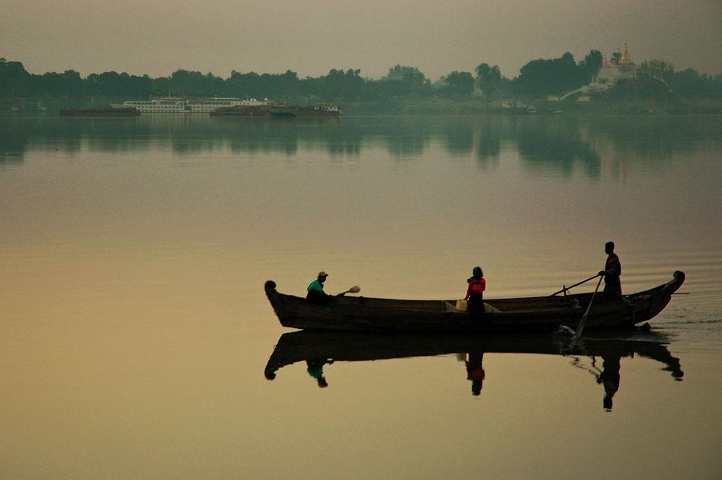 Barque sur le fleuve Irrawaddy à l'aube, Birmanie