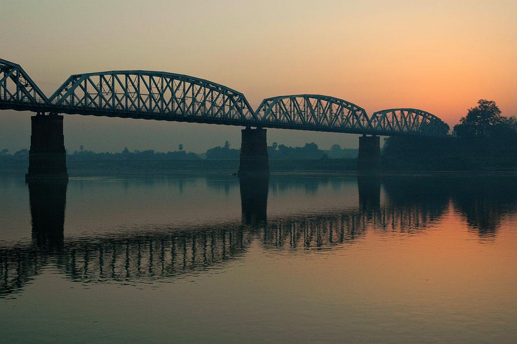 Pont sur le grand fleuve Irrawaddy à l'aube, Birmanie