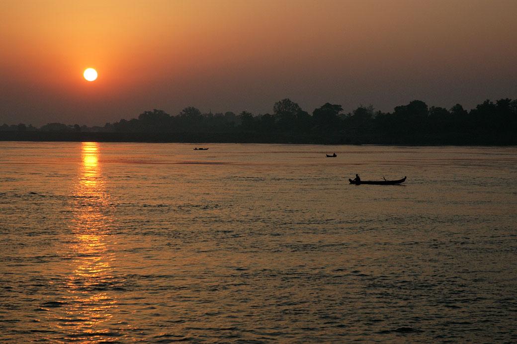 Lever de soleil sur le fleuve Irrawaddy, Birmanie