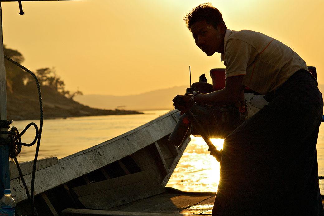 Jeune marin sur le fleuve Irrawaddy au coucher du soleil, Birmanie