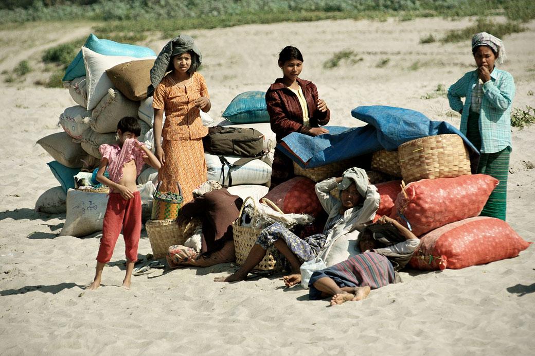 Passagers et marchandises sur le sable, Birmanie