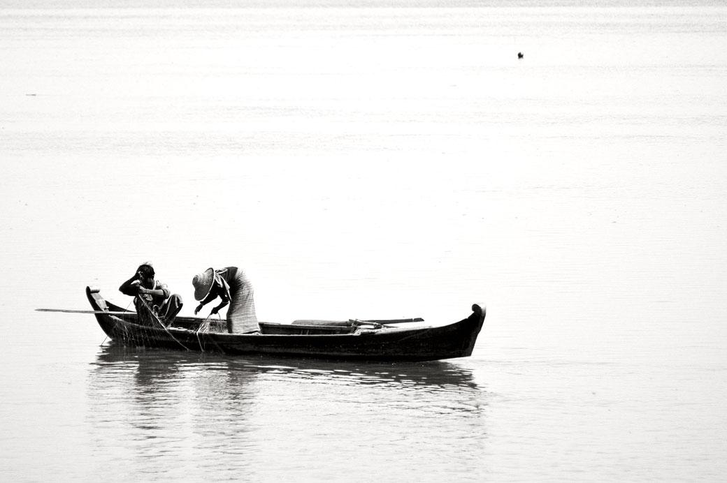 Pêcheurs sur une barque sur le fleuve Irrawaddy, Birmanie
