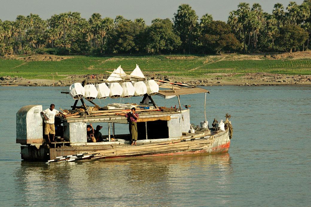 Vieux bateau sur le fleuve Irrawaddy, Birmanie