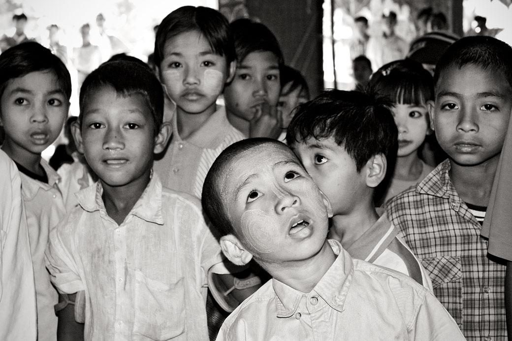 Groupe d'enfants dans un village, Birmanie
