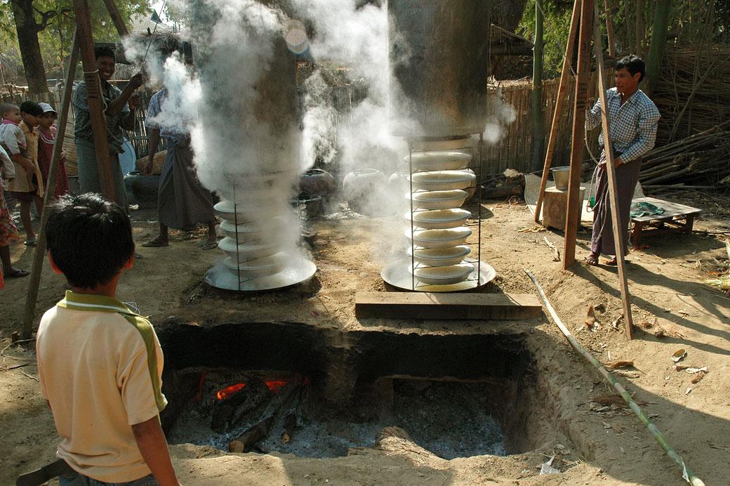 Cuisson du riz à la vapeur dans un village, Birmanie
