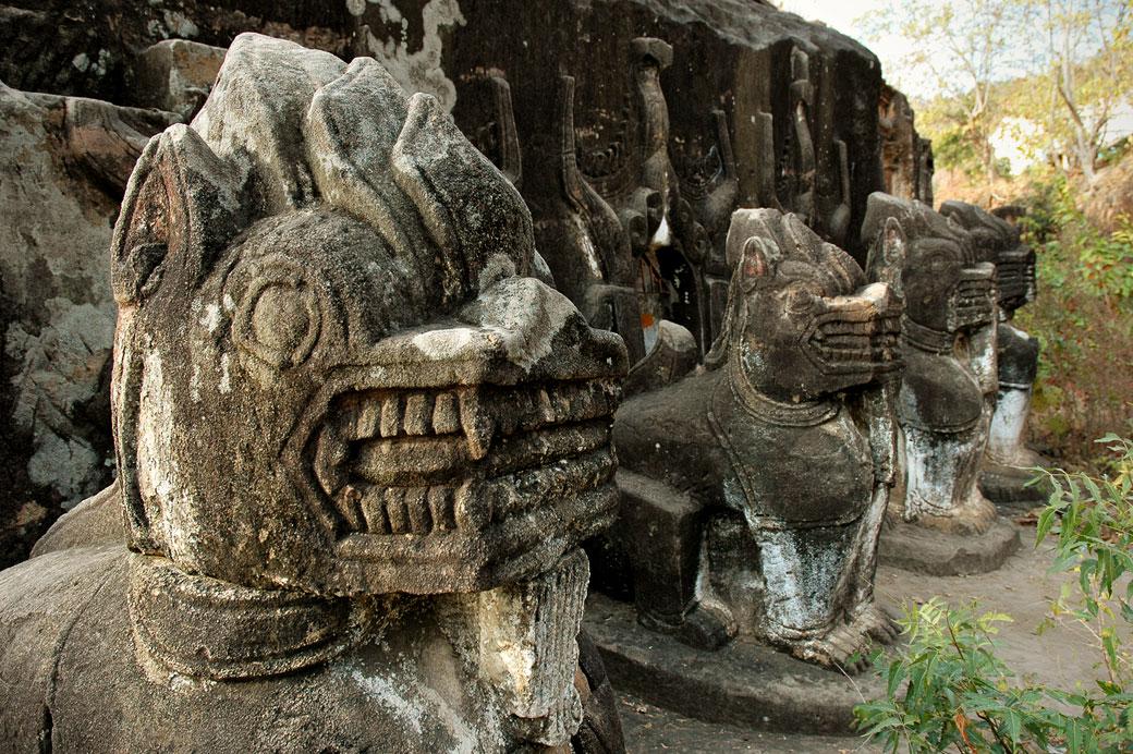 Sculptures devant les grottes de Po Win Taung, Birmanie