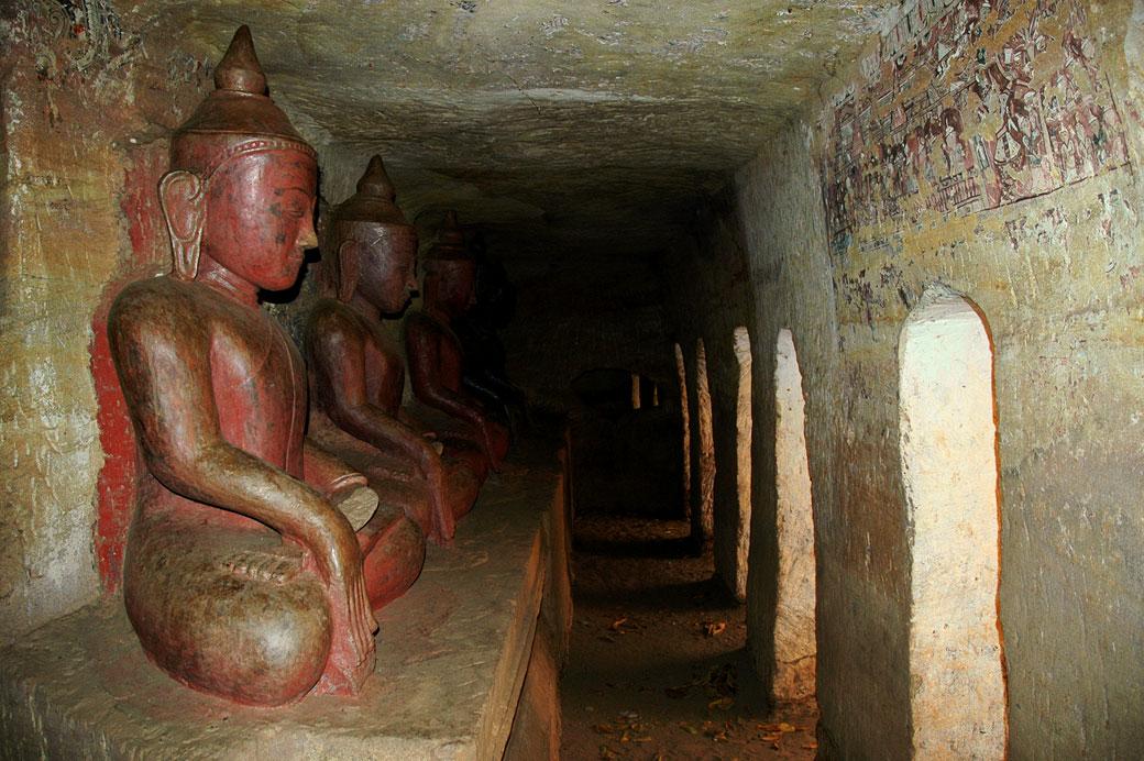 Statues de bouddhas dans les grottes de Po Win Taung, Birmanie