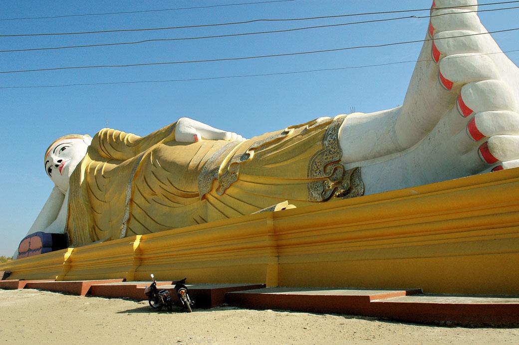 Le grand bouddha couché de Maha Bodhi Tahtaung, Birmanie