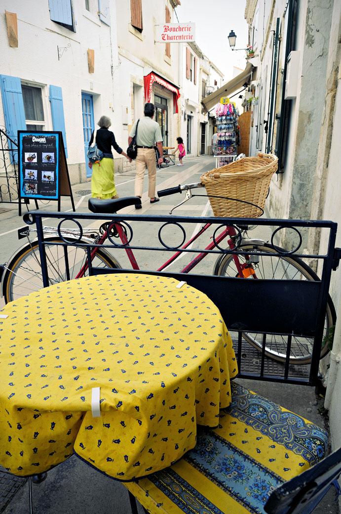 Couple dans une rue piétonne des Saintes-Maries-de-la-Mer