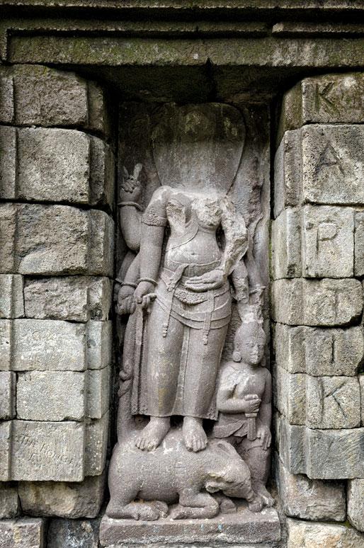Sculpture de femme sans tête au temple de Selogriyo, Indonésie