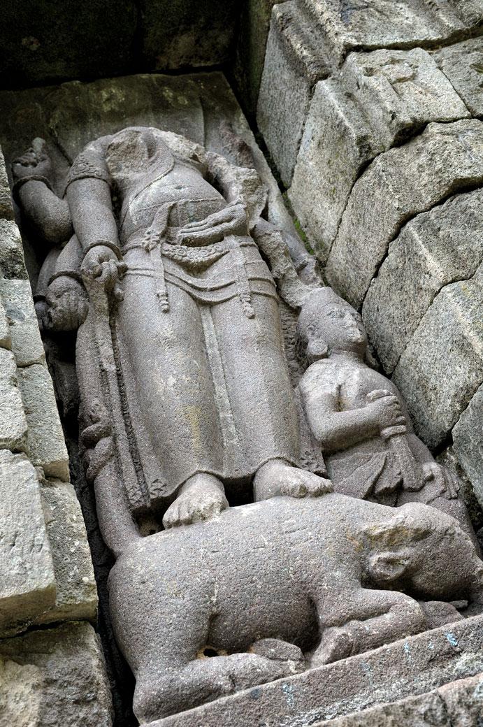 Sculpture décapitée au temple de Selogriyo, Indonésie