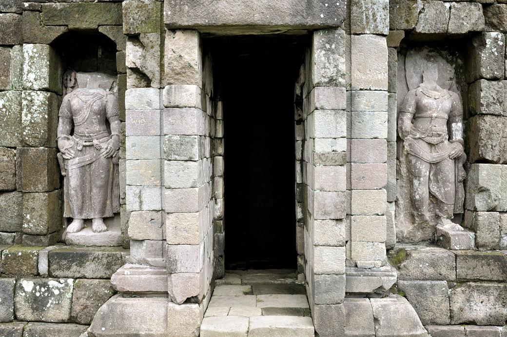 Statues sans têtes et entrée du temple de Selogriyo, Indonésie