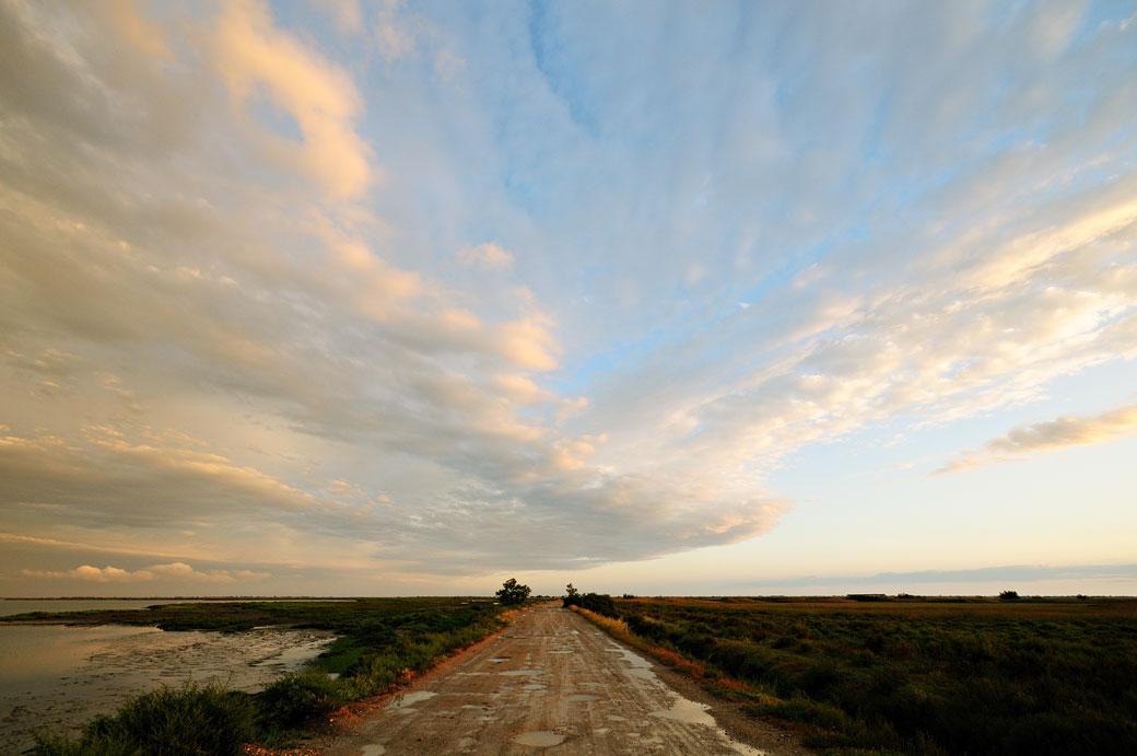 Ciel et chemin de Camargue après un orage, France
