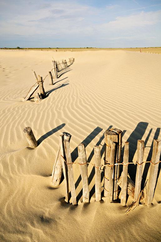 Ganivelles et sable le long de la Digue à la Mer, France