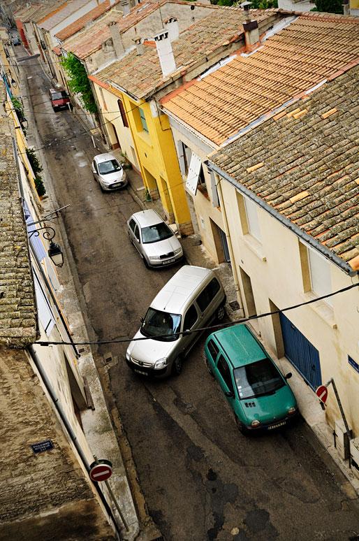 Voitures dans une rue étroite d'Aigues-Mortes, France