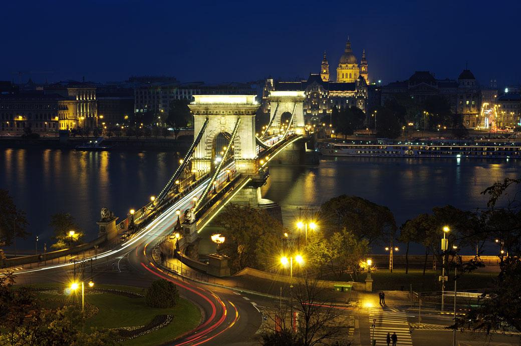 Le Pont aux chaînes Széchenyi de nuit à Budapest, Hongrie