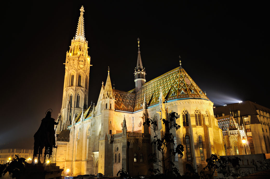 Église Notre-Dame-de-l'Assomption de Budavár de nuit à Budapest
