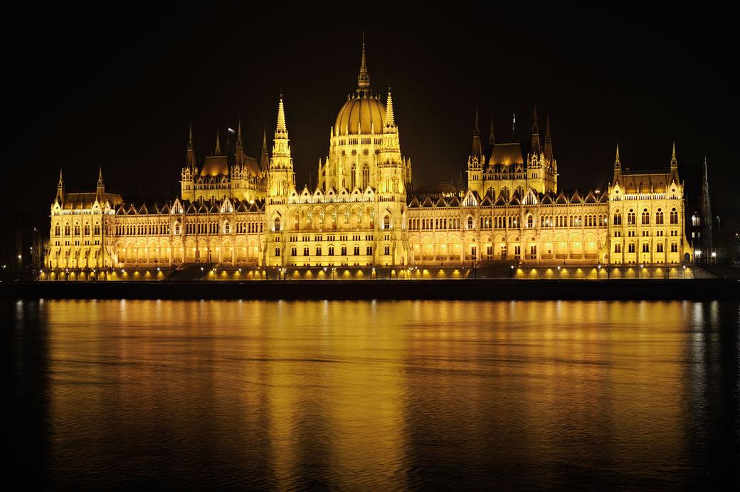 Parlement de Budapest au bord du Danube de nuit, Hongrie