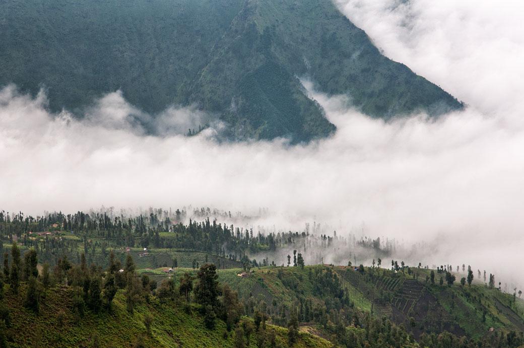 Nuages et montagnes sur l'ile de Java, Indonésie