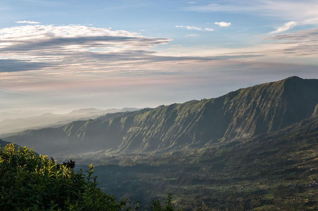 Ciel et vallée près de Cemoro Lawang, Indonésie