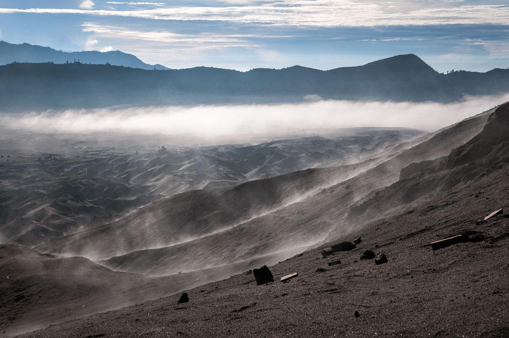 Sable et terre volcanique du Bromo dans la brume, Indonésie