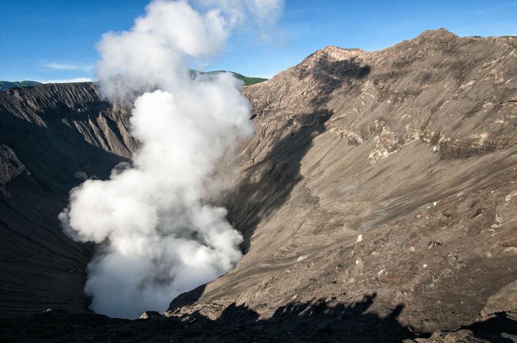 Cratère fumant du volcan Bromo, Indonésie