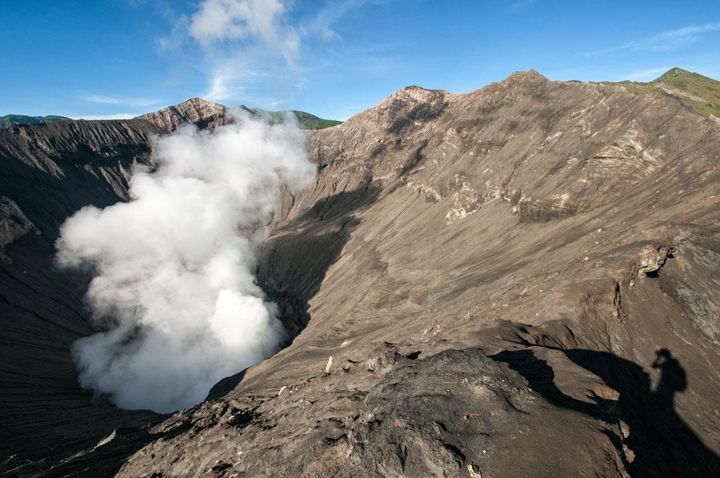Fumée dans le cratère du volcan Bromo, Indonésie