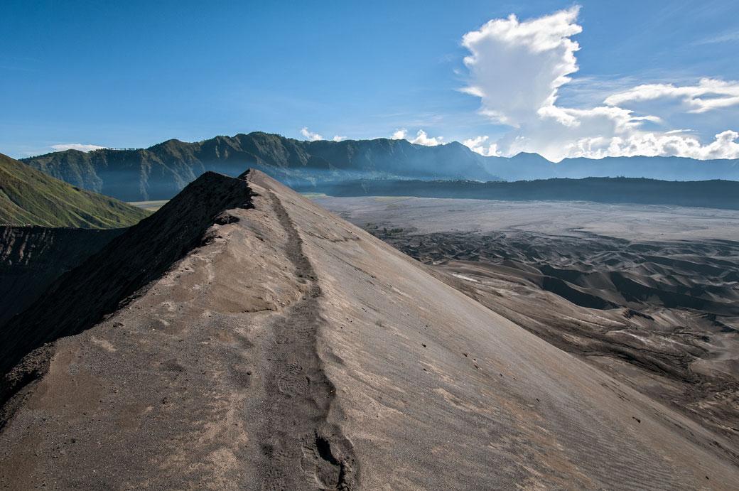 Sentier au bord du cratère du volcan Bromo, Indonésie