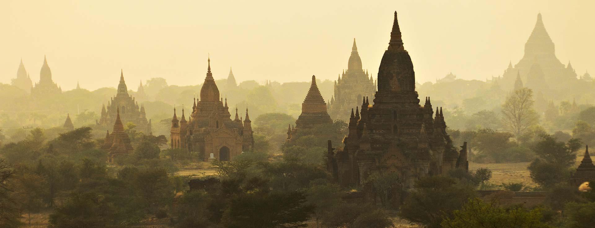 Temples de la plaine de Bagan au coucher du soleil, Birmanie