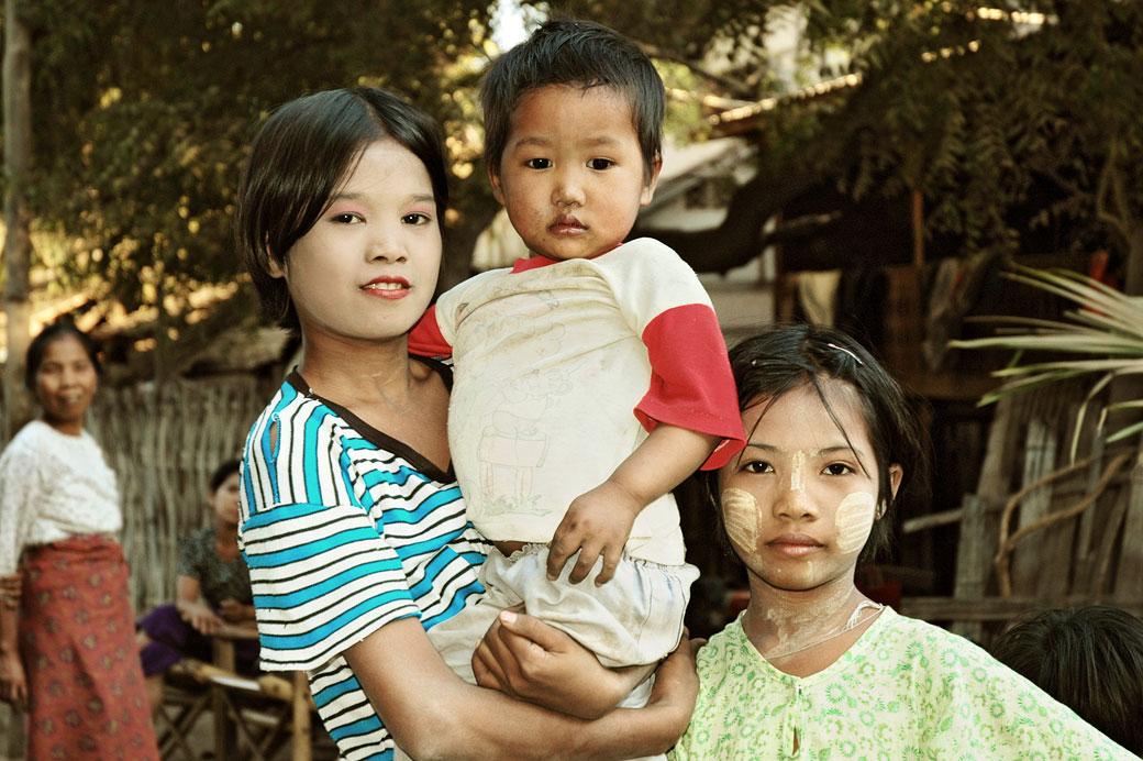 Enfants avec du thanaka à Bagan, Birmanie