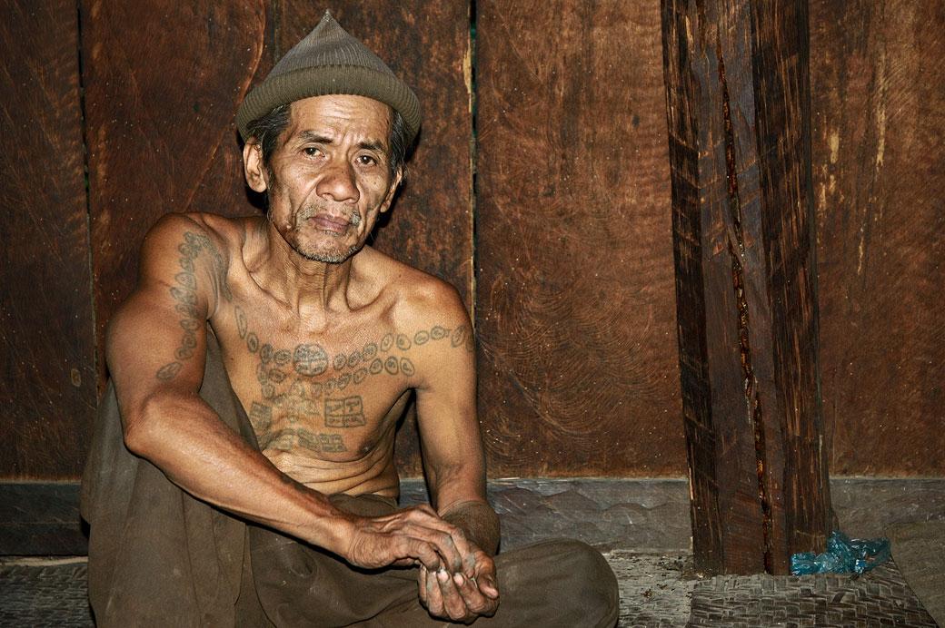Homme tatoué de la tribu Loi dans le village de Wun Nyat, Birmanie