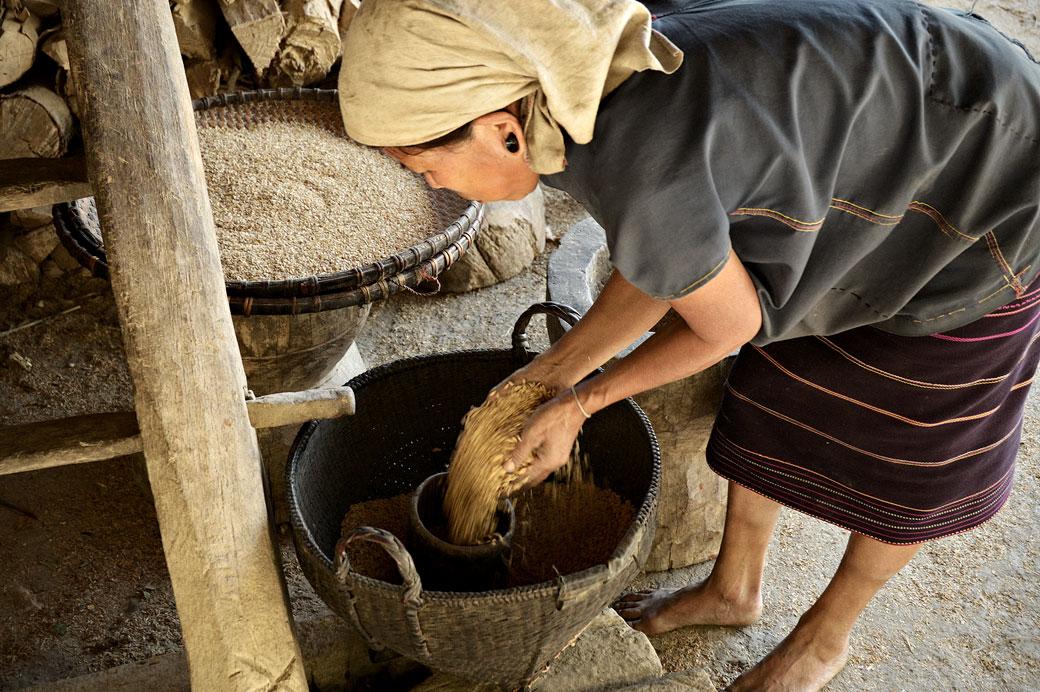 Femme avec des céréales dans un village de la tribu Loi, Birmanie