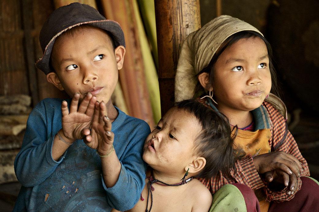 Trois enfants de l'ethnie Loi à Wun Nyat, Birmanie