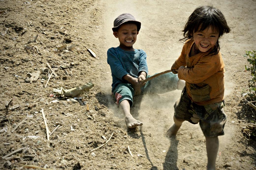 Enfants qui jouent dans la poussière à Wun Nyat, Birmanie
