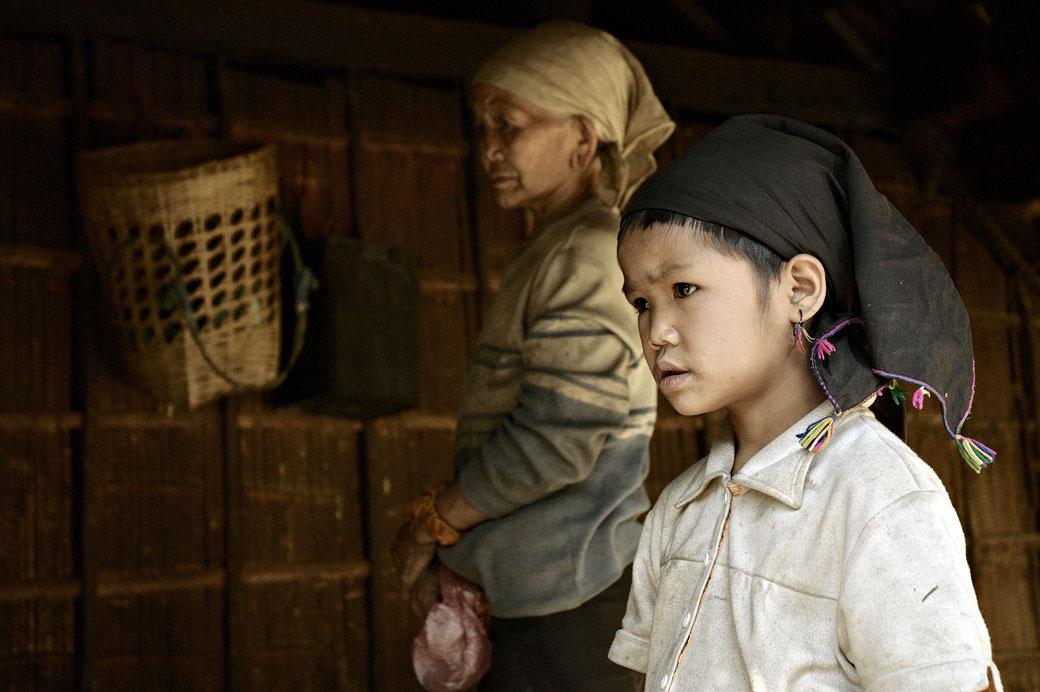 Enfant et grand-mère de la tribu Loi à Wun Nyat, Birmanie