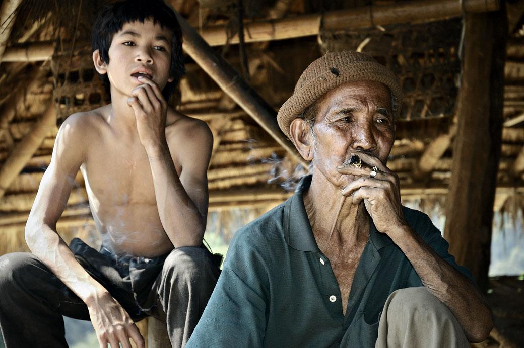 Vieil homme qui fume dans sa maison à Wun Nyat, Birmanie