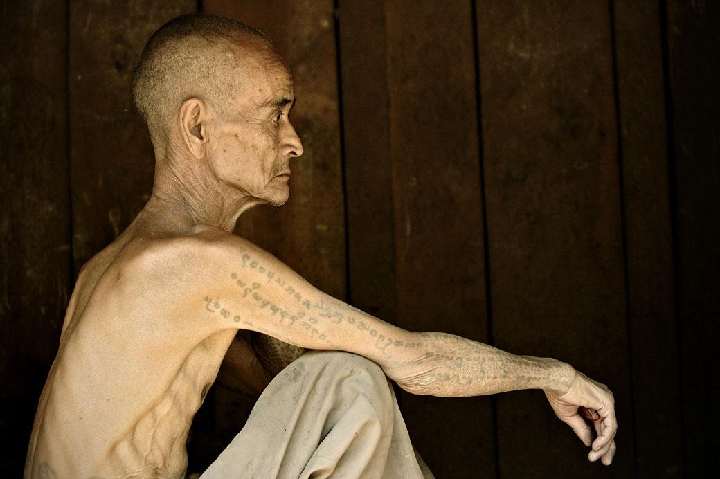 Vieil homme tatoué de la tribu Loi à Wun Nyat, Birmanie