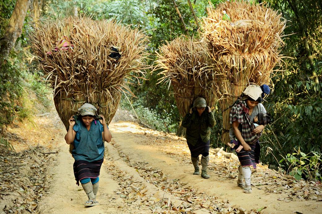 Femmes Loi avec de lourdes charges, Birmanie