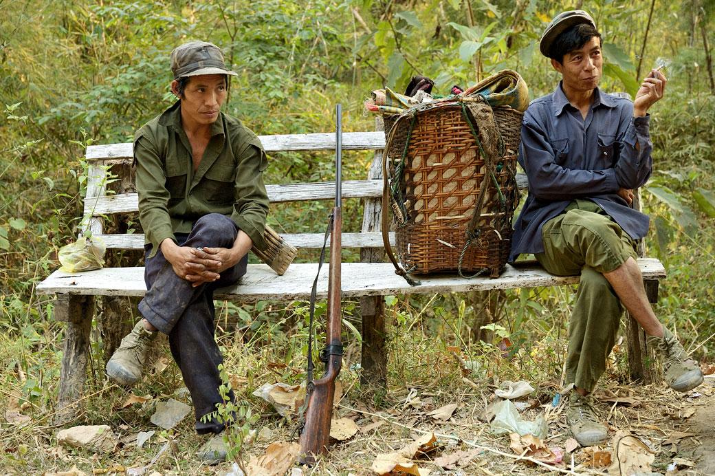 Repos des chasseurs dans une forêt de l'état Shan, Birmanie