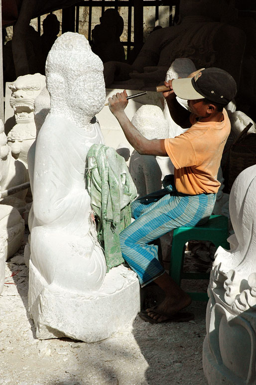 Sculpteur de bouddha à Mandalay, Birmanie