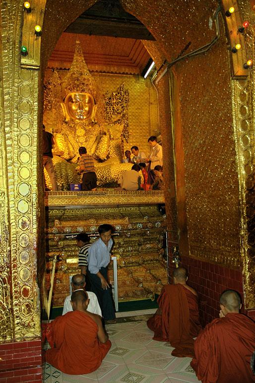 Moines accroupis devant le bouddha Mahamuni, Birmanie