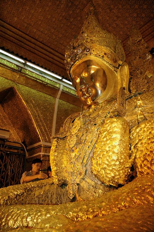 Le bouddha en or de Mahamuni à Mandalay, Birmanie