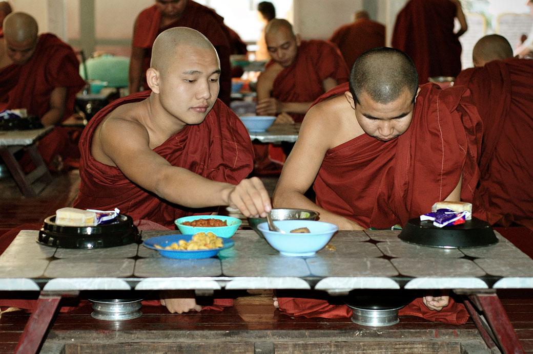 Repas des moines au monastère Maha Ganayon, Birmanie